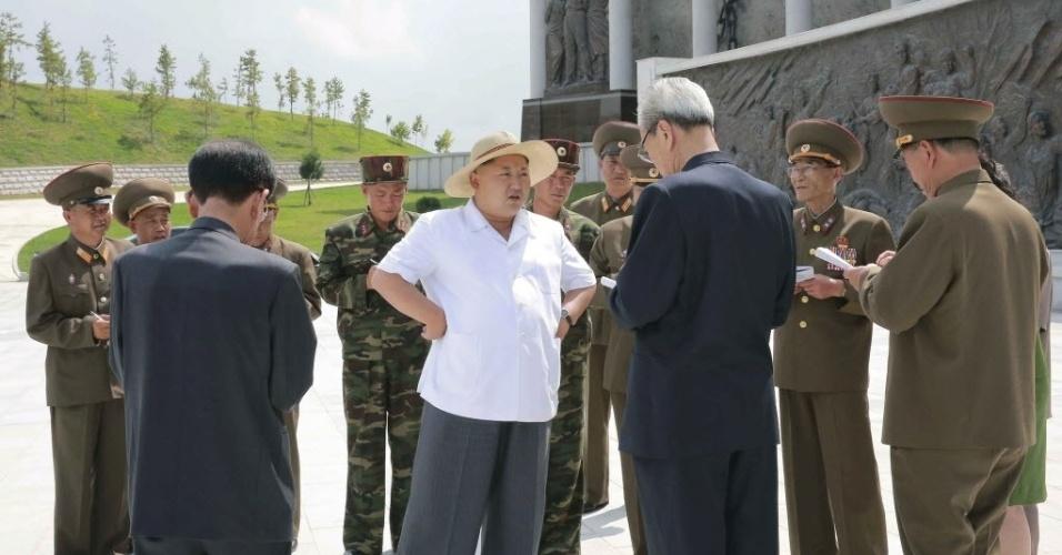 23.jul.2015 - O ditador norte-coreano, Kim Jong-un (de chapéu), orienta oficiais no recém-construído museu Sinchon, em foto sem data definida liberada pela KCNA (Agência de Notícias da Coreia do Norte)