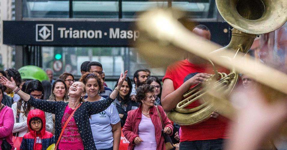 18.out.2015 - Pessoas acompanham apresentação de grupo musical na região da estação Trianon-Masp do metrô, na avenida Paulista. Depois de dois testes realizados em junho e agosto, a prefeitura decidiu fechar a via para carros aos domingos, das 9h às 17h