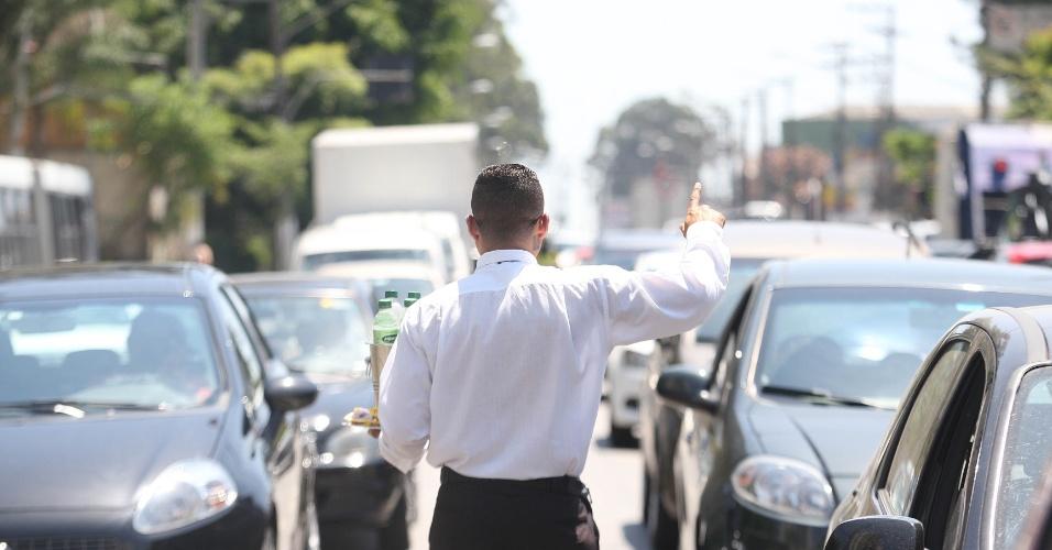 """15.out.2015 - Por enquanto, Jairo de Freitas não quer voltar a ser funcionário. """"Na rua, trabalho para mim mesmo. Meu patrão é Deus."""""""