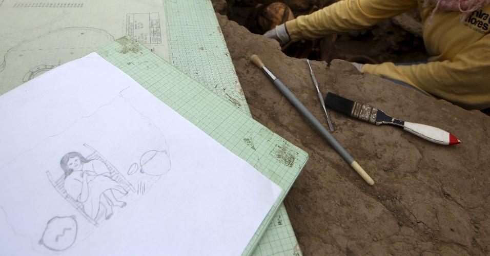 26.nov.2015 - Arqueólogo trabalha em local conhecido como Huaca Pucllana, em Miraflores, Lima (Peru), após descobrirem quatro tumbas pertencentes à cultura pré-hispânica ichma, civilização que existiu na costa central do Peru entre os anos de 1000 a 1450 d.C. Os corpos de três mulheres e um homem foram encontrados em cima da Grande Pirâmide em tumbas individuais. Todos eles estavam sentados, envolvidos com tecidos e cordas, e foram enterrados com oferedas, como tigelas de cerâmicas, mate e instrumentos ligados à atividade têxtil