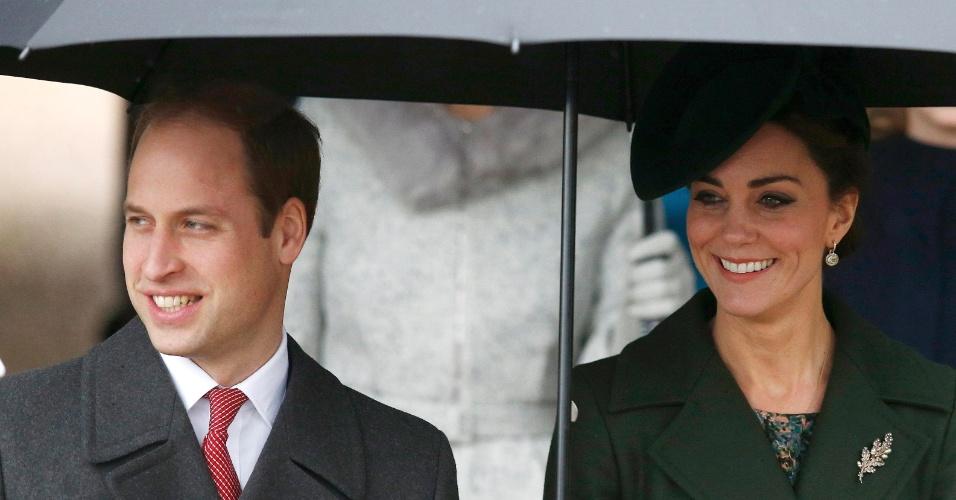 25.dez.2015 - Príncipe William e a princesa Kate deixam igreja em Sandringham, no leste da Inglaterra, após visitarem o local, seguindo a tradição da família real britânica
