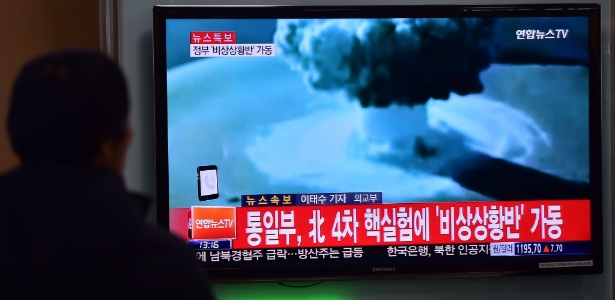 6.jan.2016 - Espectadores observam em Seul, na Coreia do Sul, imagens do primeiro teste bem-sucedido com uma miniatura de bomba de hidrogênio, mais conhecida como bomba H, realizado pela Coreia do Norte