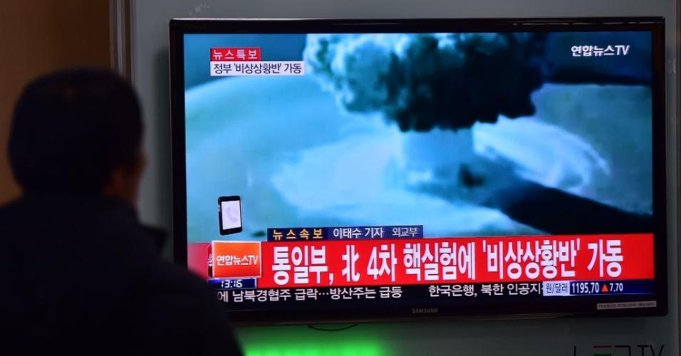 """6.jan.2016 - Espectadores observam em Seul, na Coreia do Sul, imagens do primeiro teste bem-sucedido com uma miniatura de bomba de hidrogênio, mais conhecida como bomba H, realizado pela Coreia do Norte. Coreia do Sul condenou """"fortemente"""" o teste e prometeu tomar """"todas as medidas necessárias"""" para punir seu vizinho com armas nucleares"""