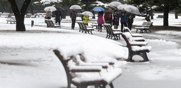 Pessoas usam guarda-chuva para se protegerem da neve em Tóquio