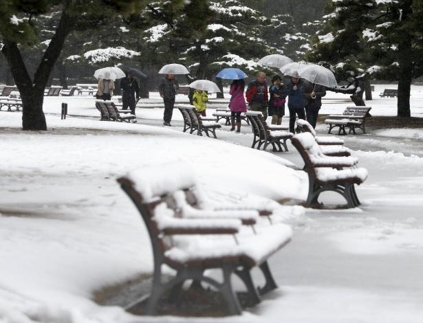 Pedestres usam guarda-chuva para se protegerem da neve em Tóquio (Japão)