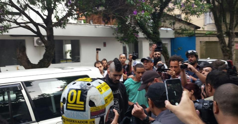 19.jan.2016 - Dois manifestantes foram detidos antes do protesto contra o aumento das tarifas do transporte público, em São Paulo. Segundo a polícia, ambos portavam objetos como martelo, tesoura e faca. Os dois foram encaminhados para o 14º DP