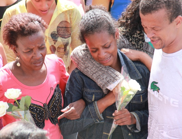 Mãe de Micaela, Marlene de Almeida Rocha (centro), durante o enterro da menina no Cemitério de Irajá, na zona norte do Rio de Janeiro (RJ), em janeiro