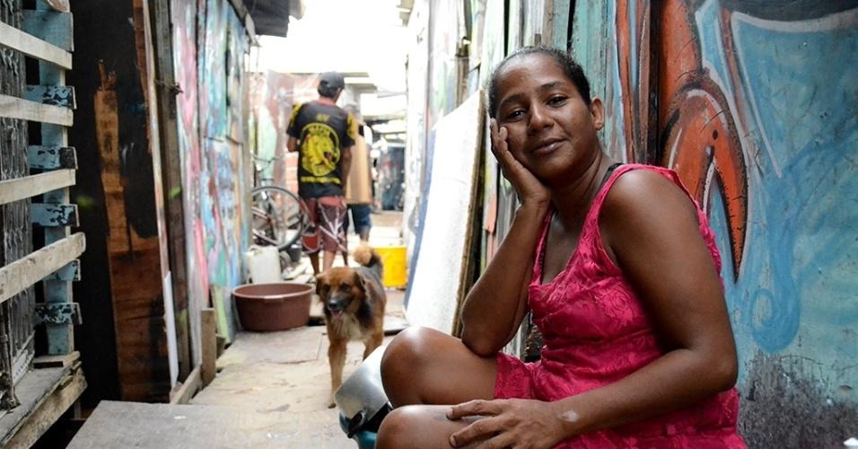 """3.mar.2016 - A comunidade """"favela do Sossego, no bairro do Pina, na região sul do Recife tem cerca de 100 famílias. As casas foram erguidas sob tábuas no rio Capibaribe. Além do desafio de morar em um local marcado pela extrema miséria, os moradores precisam enfrentar a tríplice epidemia de zika, dengue e chikungunya. -Ana Carla da Silva, 30, conta que, no final de 2015, teve alguma das doenças transmitidas pelo mosquito Aedes aegypti. ?Sei que foi febre e muita dor no corpo. Acho que foi chikungunya?"""