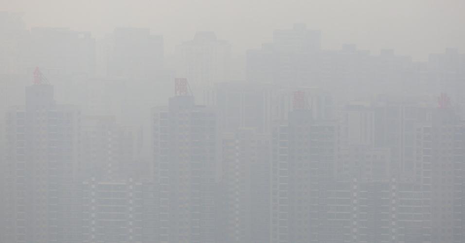 16.mar.2016 - Prédios de bairro residencial de Pequim são encobertos por névoa causada pela poluição na capital chinesa