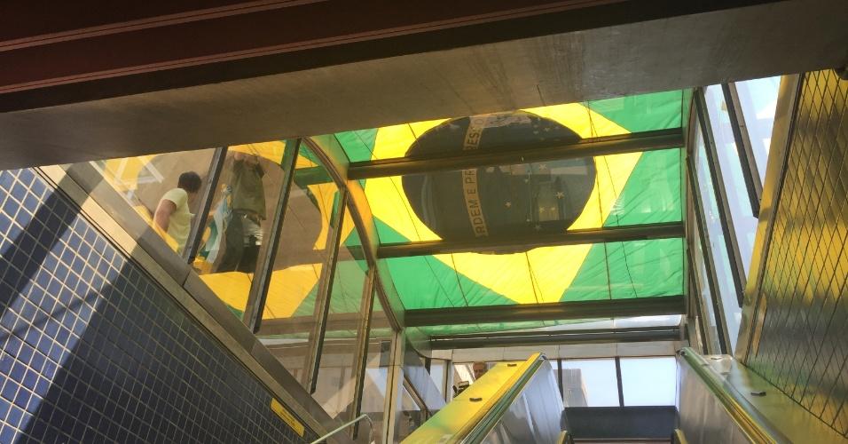 Uma grande bandeira do Brasil foi estendida sobre a marquise do Metrô Trianon, mas foi retirada pouco depois