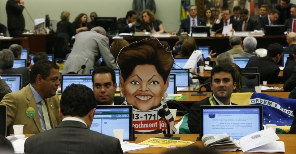 6.abr.2016 - Deputados adornam sala da Comissão Especial do Impeachment com cartaz de Dilma como presidiária durante leitura do parecer favorável ao processo de impedimento da presidente na Câmara dos Deputados, em Brasília (DF)