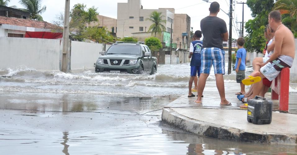 16.abr.2016 - Forte chuva no Recife, capital do Pernambuco, provoca alagamento nas ruas do bairro Jardim São Paulo, em local próximo à obra inacabada do Canal Guarulhos
