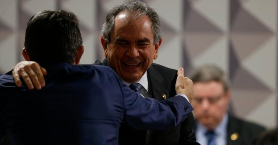 2.mai.2016 - O presidente da comissão especial de impeachment do Senado, Raimundo Lira (PMDB-PB), abraça o senador José Medeiros (PSD-MT), no início da sessão que traz três especialistas em Direito indicados pela oposição para falar sobre o processo de afastamento da presidente Dilma Rousseff