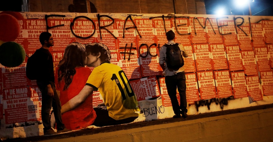 """12.mai.2016 - A frase """"Fora Temer"""" é escrita em muro próximo ao Masp, em São Paulo. O local conta com uma arte de um casal """"coxinha"""" e """"petralha"""" simbolizando a diferença de ideias na crise política do país"""