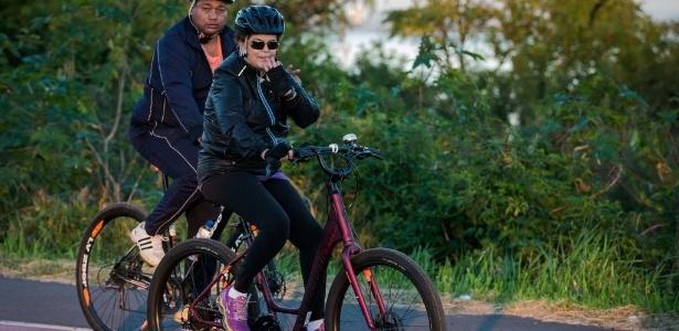 Dilma pedalou das 7h15 às 8 horas, na orla do Guaíba, acompanhada de seguranças