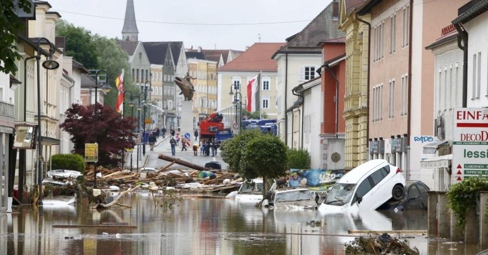 2.jun.2016 - Após forte chuva na aldeia de Simbach am Inn, na Alemanha, carros foram arrastados e casas danificadas. Na Baviera, no sudeste do país, as inundações mataram nove pessoas e deixaram outras três desaparecidas: um homem de 65 anos e um casal de idosos