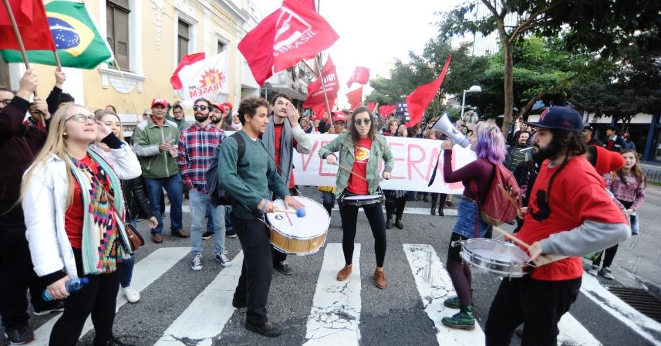 10.jun.2016 - Manifestantes pedem a saída do presidente interino, Michel Temer, em protesto no centro de Florianópolis