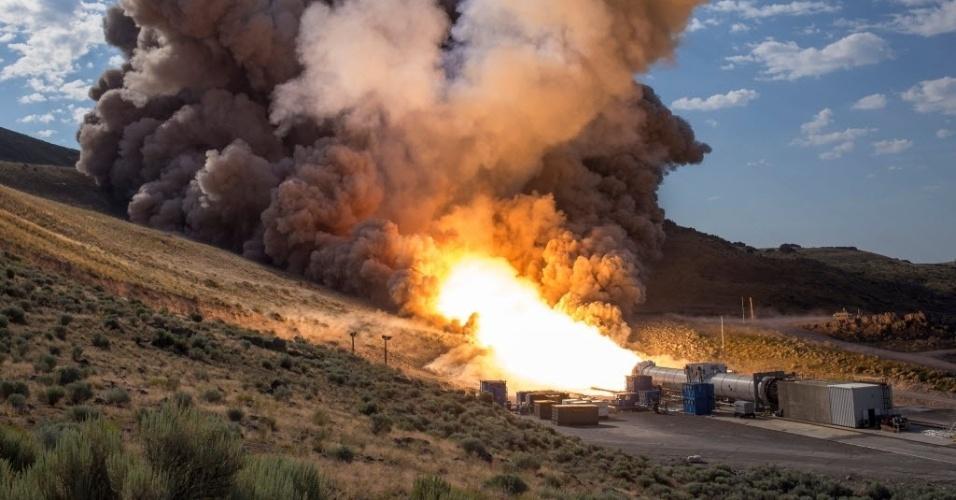 29.jun.2016 - A Nasa realizou o segundo e último teste em terra de um foguete que será usado no futuro sistema de lançamento da agência espacial americana, que deverá enviar missões tripuladas para Marte. O teste, em um campo de ensaios da empresa de sistemas de lançamento aeroespaciais Orbital ATK, no estado de Utah (EUA).O foguete de 54 metros, colocado horizontalmente sobre o terreno, funcionou durante dois minutos queimando 5,5 toneladas de combustível por segundo