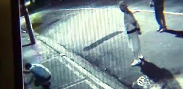 Câmera flagra os acusados de matar o dentista Wellington Silva pichando a fachada de sua casa
