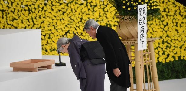 O imperador Akihito (dir.) e a imperatriz Michiko prestam reverência em memorial para as vítimas da guerra, em Tóquio