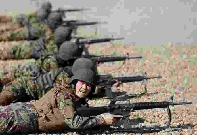 10.nov.2016 - Os Estados Unidos investiram pelo menos US$ 93,5 milhões, em 2016, para aumentar o número de mulheres no Exército afegão. No entanto, menos de 900 soldadas estão em campo. O total está bem abaixo do objetivo de 5.000 mulheres, de acordo com o Inspetor Geral do Afeganistão para a Reconstrução do Afeganistão - Mohammad Ismail/Reuters