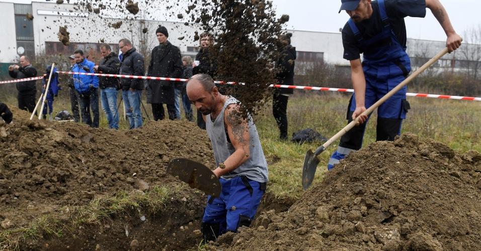 10.nov.2016 - Coveiros competem durante campeonato em Trencin, na Eslováquia