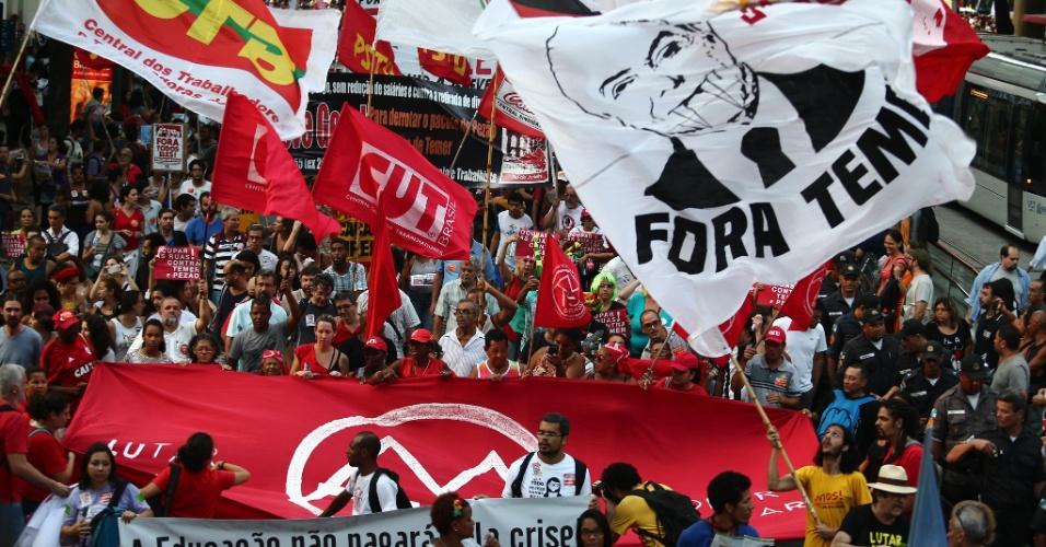 11.nov.2016 - Manifestantes ligados aos movimentos sociais se reuniram no centro do Rio de Janeiro para protestar contra a PEC (Proposta de Emenda Constitucional) 55, conhecida como PEC dos Gastos
