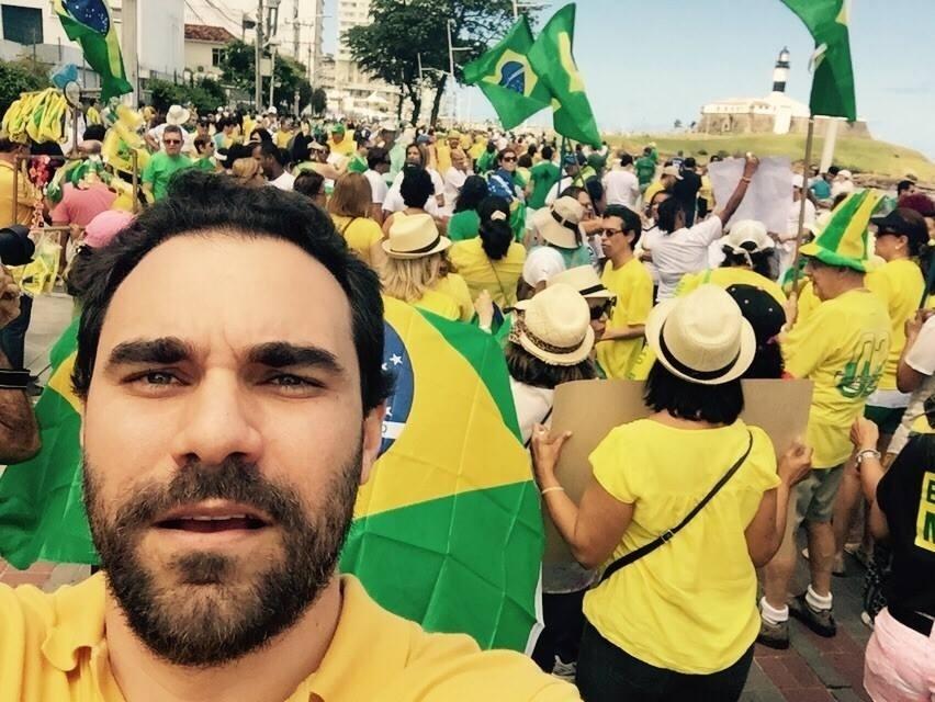 13.dez.2016 - Citado na delação do ex-executivo da Odebrecht, o deputado estadual Adolfo Viana (PSDB-BA) participou de manifestação pró-impeachment. Segundo o delator, o político ganhou R$ 50 mil