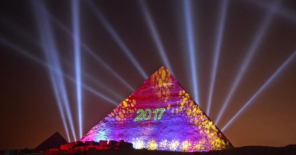 1.jan.2017 - Vista da pirâmide de Kefrén iluminada durante as celebrações do Ano Novo em Giza, no Egito