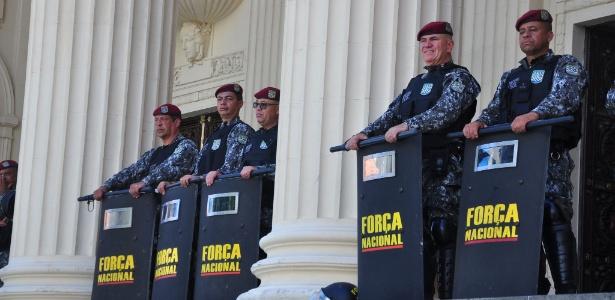 Manifestação de servidores públicos estaduais em frente à Alerj protegida por homens da Força Nacional