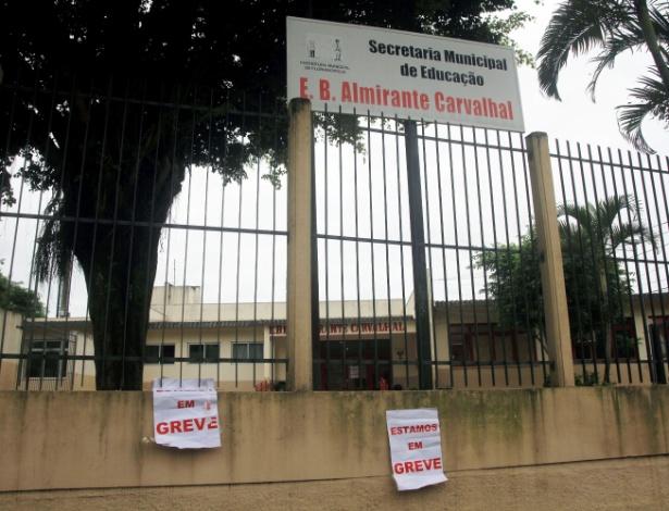 08.fev.2017 - Escola Municipal Almirante Carvalhal, em Florianópolis, mostra cartazes de greve