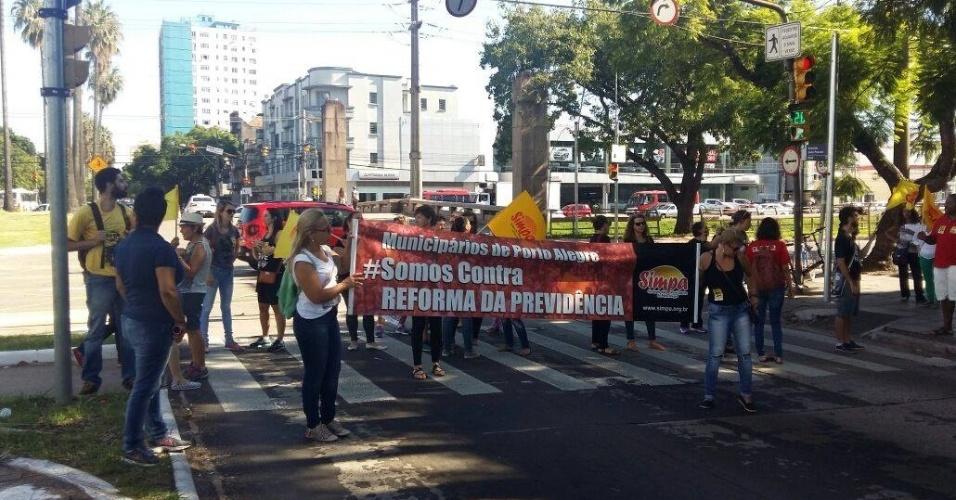 15.mar.2017 - Em Porto Alegre, manifestantes se reuniram no cruzamento das avenidas Ipiranga e João Pessoa