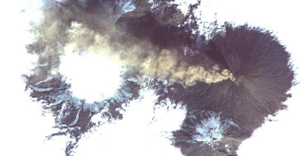 22.ago.2017 - Mesmo em meio a uma nuvem de cinzas, a Estação Espacial Internacional conseguiu registrar, direto do espaço, uma imagem do Shiveluch. Localizado na Península de Kamchatka, no extremo leste da Rússia, esse é um dos vulcões mais ativos do mundo