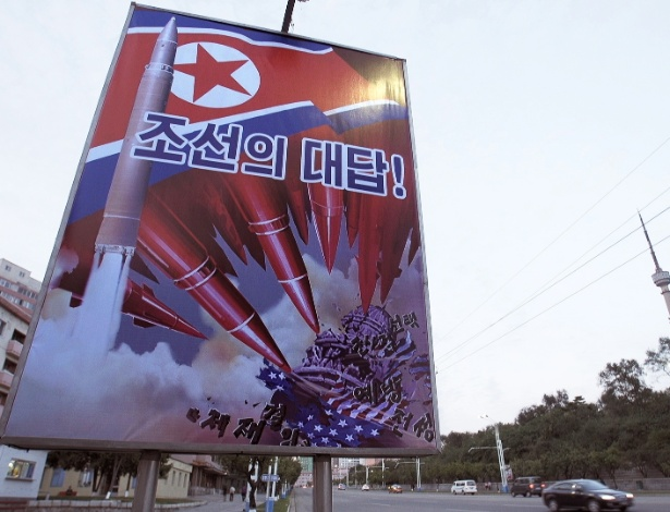 """Cartaz de propaganda em uma rua de Pyongyang, na Coreia do Norte, mostra um míssil atingindo o Capitólio dos EUA e tem a frase """"A resposta da República Popular Democrática da Coreia"""""""