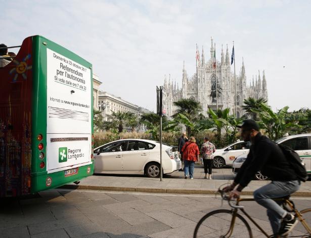 11.out.2017 - Cartaz em ônibus anuncia o referendo de independência, em Milão, na Itália