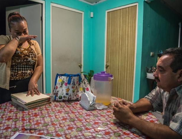 Vicky Delgadillo chora após observar foto de sua filha desaparecida, em sua casa em Xalapa, no México