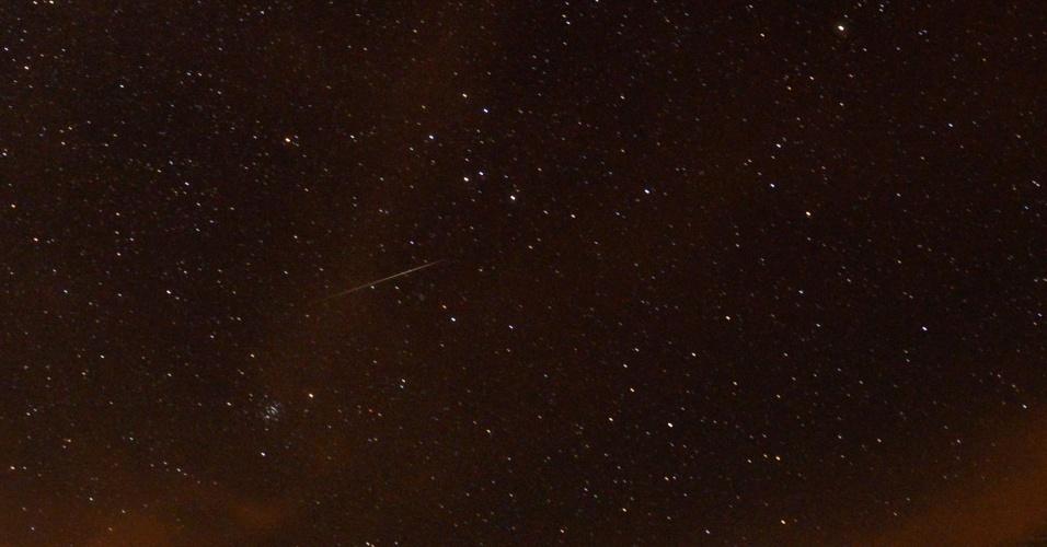 14.dez.2017 - Chuva de meteoros das geminídeas é vista em Passo Fundo (RS), na madrugada desta quinta-feira (14). Espera-se que cerca de 120 meteoros cruzem o céu por hora