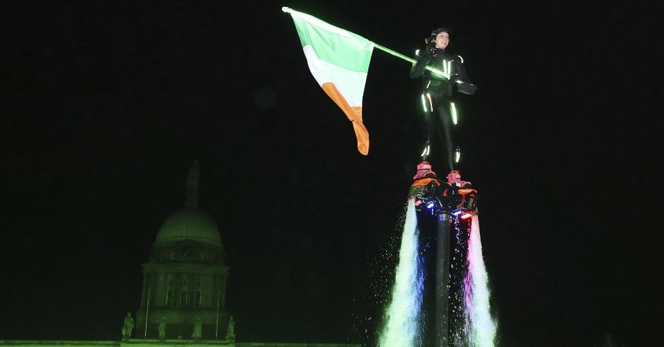31.dez.2017 - Acrobata faz apresentação durante a festa de Ano Novo no centro de Dublin, na Irlanda