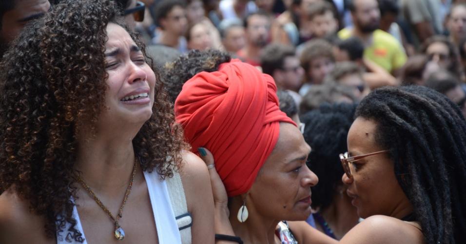 15.mar.2018 - Comoção na chegada do corpo de Marielle Franco para velório na Câmara de Vereadores