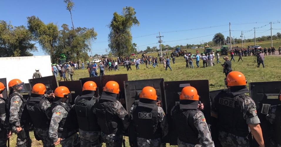 19.mar.2018 - Tensão entre militantes e opositores do ex-presidente Lula durante caravana em Bagé