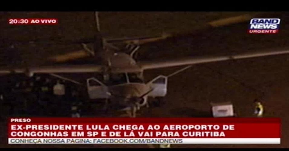 7.abr.2018 - Às 20h30 deste sábado (7), o ex-presidente Luiz Inácio Lula da Silva entrou no avião que o levaria a Curitiba para se entregar à Polícia Federal