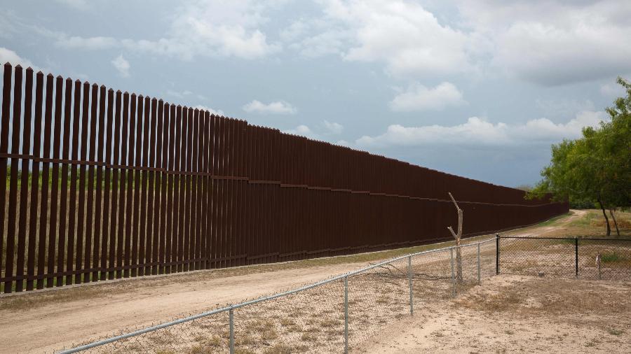 Muro está na muro na fronteira entre Texas e México - Loren Elliott/AFP