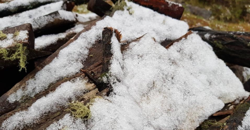 10.jul.2018 - Nenhuma superfície ao ar livre ficou imune à queda da neve em Urubici (SC)