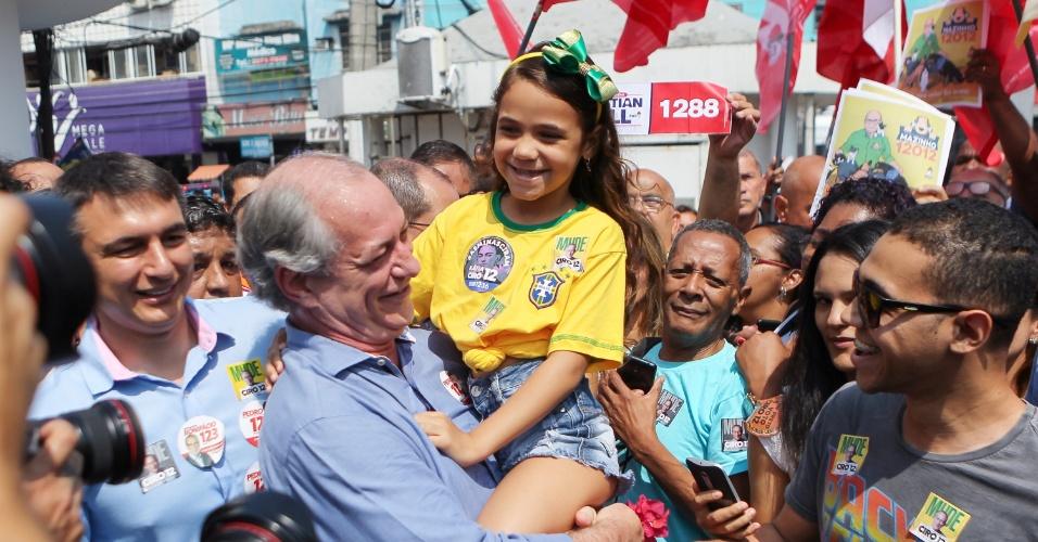 25.set.2018 - Candidato à Presidência da República pelo PDT, Ciro Gomes segura menina em ato de campanha em Duque de Caxias (RJ), na manhã desta terça-feira (25)