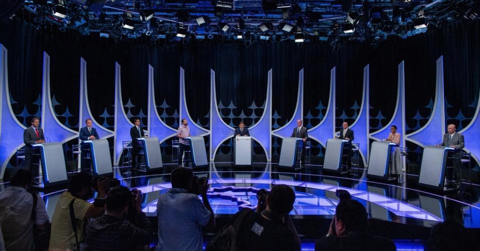Candidatos durante o debate promovido por UOL, Folha e SBT, mediado pelo jornalista Carlos Nascimento