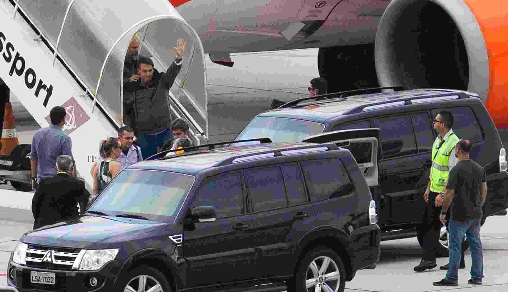 Bolsonaro desce do avião - Wilton Junior/Estadão Conteúdo