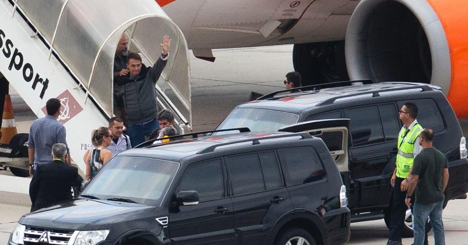 Bolsonaro desce do avião