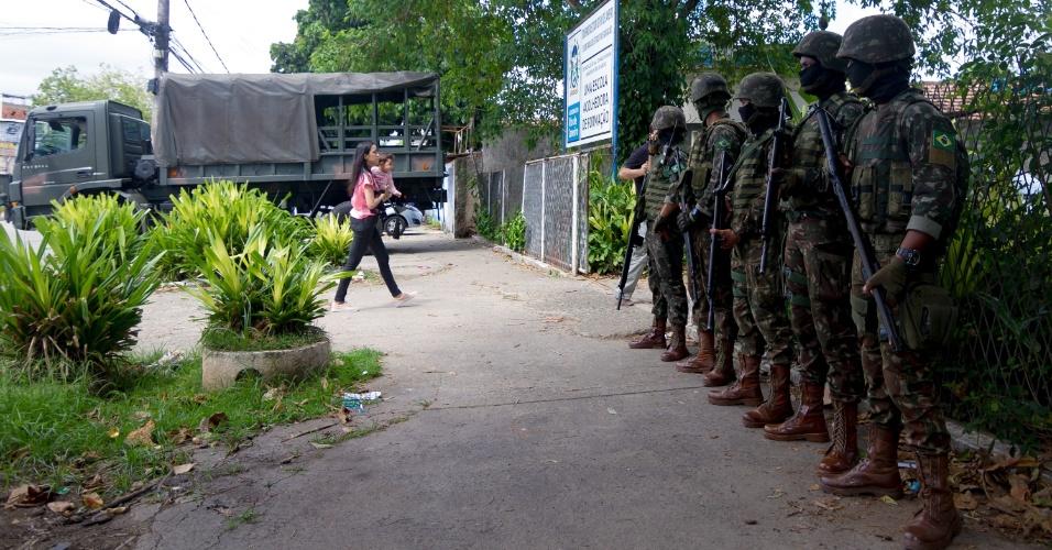 28.out.2018 - Exército faz a segurança em colégios eleitorais em área de risco na rua General Barreto Viana, Padre Miguel, zona norte do Rio de Janeiro
