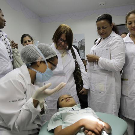 Médicos cubanos durante uma sessão de treinamento em uma clínica de Brasília, em 2013 - Eraldo Peres/AFP
