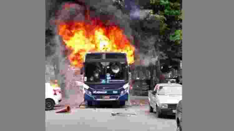 14.fev.2019 - Ônibus é incendiado após criança morrer ao ser atingida por bala perdida no Rio - Reprodução/Rede Social
